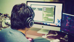 Spieleentwickler vor Rechner