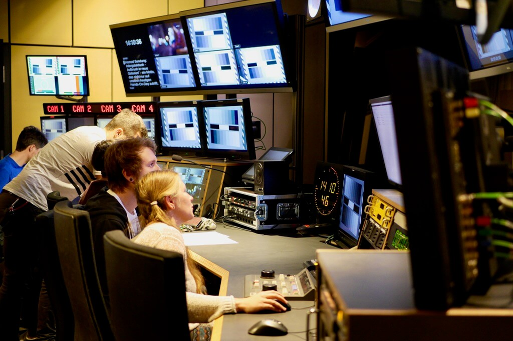 Studierende im TV-Studio